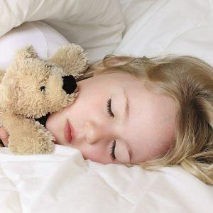 Πώς θα μάθετε στο παιδί να κοιμάται μόνο του