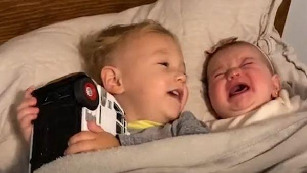 Αγοράκι ηρεμεί την έξι μηνών αδελφή του και μας κλέβει την καρδιά [βίντεο]   imommy.gr