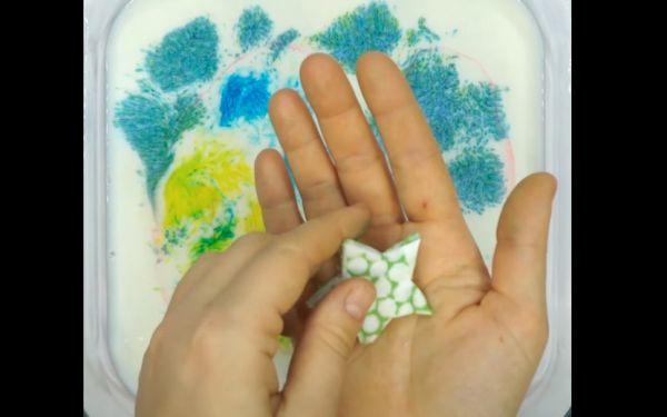 Δραστηριότητες για παιδιά: Εύκολο πείραμα με γάλα και χρώμα ζαχαροπλαστικής [βίντεο] | imommy.gr