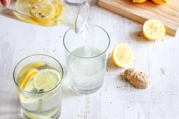 Νερό με λεμόνι: Τέσσερα πράγματα που δεν ξέρατε ότι σας προσφέρει   imommy.gr