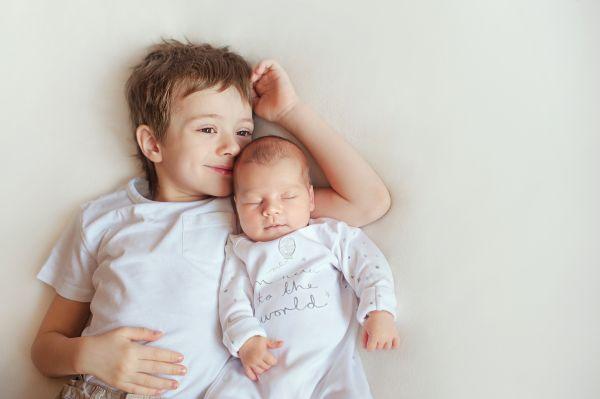 Αστείες αντιδράσεις παιδιών όταν γνωρίζουν το νεογέννητο αδερφάκι τους [βίντεο] | imommy.gr