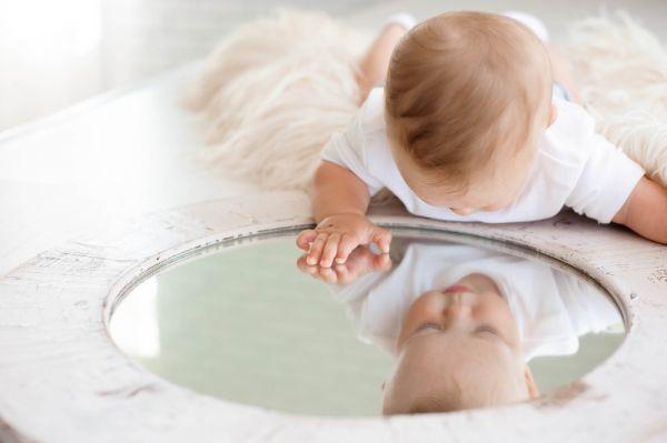 Υπέροχο βίντεο: Μωράκια βλέπουν τον εαυτό τους στον καθρέφτη για πρώτη φορά | imommy.gr