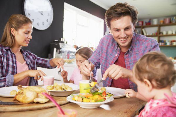 Όλοι μαζί στο τραπέζι – Πώς ωφελούν τα παιδιά τα οικογενειακά γεύματα;   imommy.gr