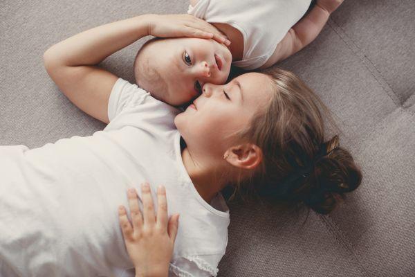 Πώς θα αποκτήσουν τα αδέλφια με διαφορά ηλικίας σωστό πρόγραμμα ύπνου; | imommy.gr