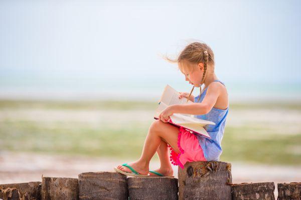 Πώς θα ενθαρρύνετε το παιδί να διαβάσει το καλοκαίρι | imommy.gr