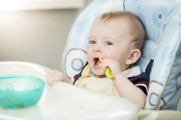 Πότε θα αρχίσει το παιδί να τρώει μόνο του;   imommy.gr