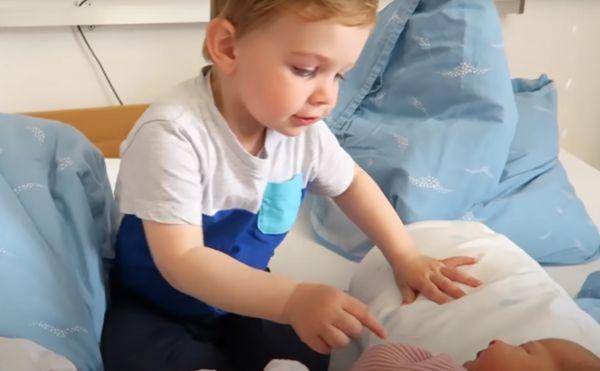 Το πιο συγκινητικό βίντεο – Αγοράκι συναντά για πρώτη φορά τη νεογέννητη αδερφούλα του | imommy.gr