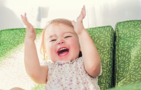 Η ξεκαρδιστική αντίδραση μωρού όταν σκίζει χαρτί [βίντεο] | imommy.gr