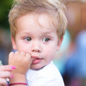 Το παιδί πιπιλάει το δάχτυλό του; 6 τρόποι να το βοηθήσετε να σταματήσει