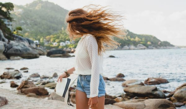 Ξηρά μαλλιά μετά το καλοκαίρι; Ετσι θα τα ενυδατώσετε | imommy.gr