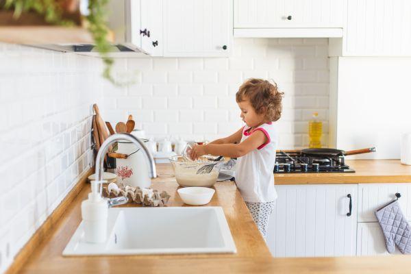 Νήπια – Αφήστε τα να σας βοηθήσουν στην κουζίνα   imommy.gr