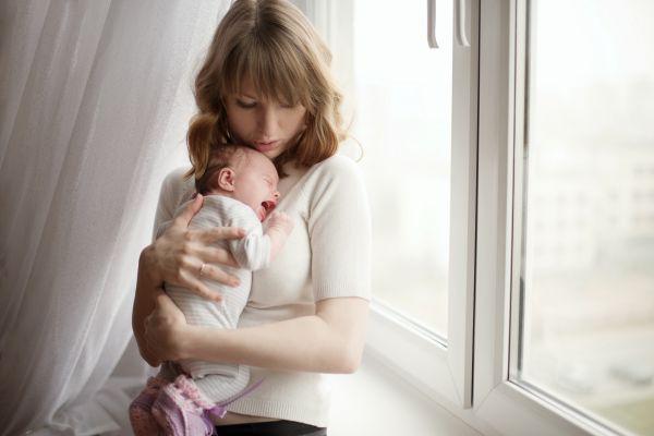 «Κακομαθαίνω» το νεογέννητο αν το κρατάω συνέχεια αγκαλιά;   imommy.gr